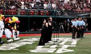 プロ野球試合前の国歌斉唱を行う